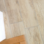 Diese Bodenfliesen in heller Holzoptik werden wir im EG Flur verbauen. Die Buchenplatte stellt die Treppe und die weiße Holzplatte unsere Innentüren dar.