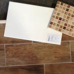 Die gleichen Bodenfliesen im dunkleren Ton inkl. der strukturierten Wandfliese und dem Mosaik für die Kammablage inkl. Spülkasten.