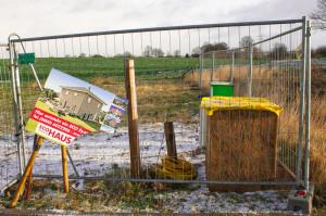 Bild: zerstörtes Baustellenschild